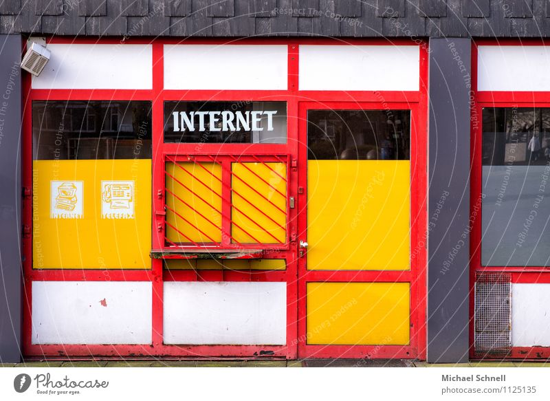 Die Neuen Medien Stadt alt Fenster Gebäude Technik & Technologie Computer Zukunft Vergänglichkeit Telekommunikation kaputt Vergangenheit Internet Medien Beratung trashig vergangen