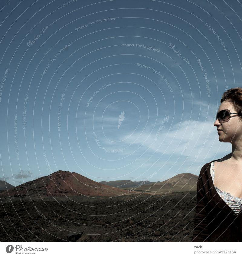 in der Ecke stehen Tourismus Ferne Sommer Mensch feminin Junge Frau Jugendliche Erwachsene 1 13-18 Jahre Kind 18-30 Jahre Himmel Schönes Wetter Dürre Feld Hügel
