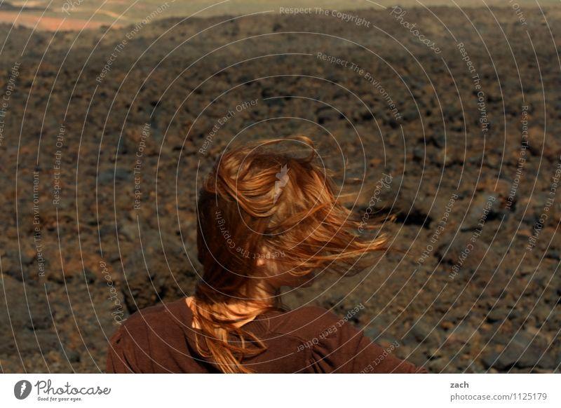 föhnen Mensch Frau Kind Natur Jugendliche Sommer Junge Frau Landschaft 18-30 Jahre Erwachsene Berge u. Gebirge Bewegung feminin Haare & Frisuren braun Kopf