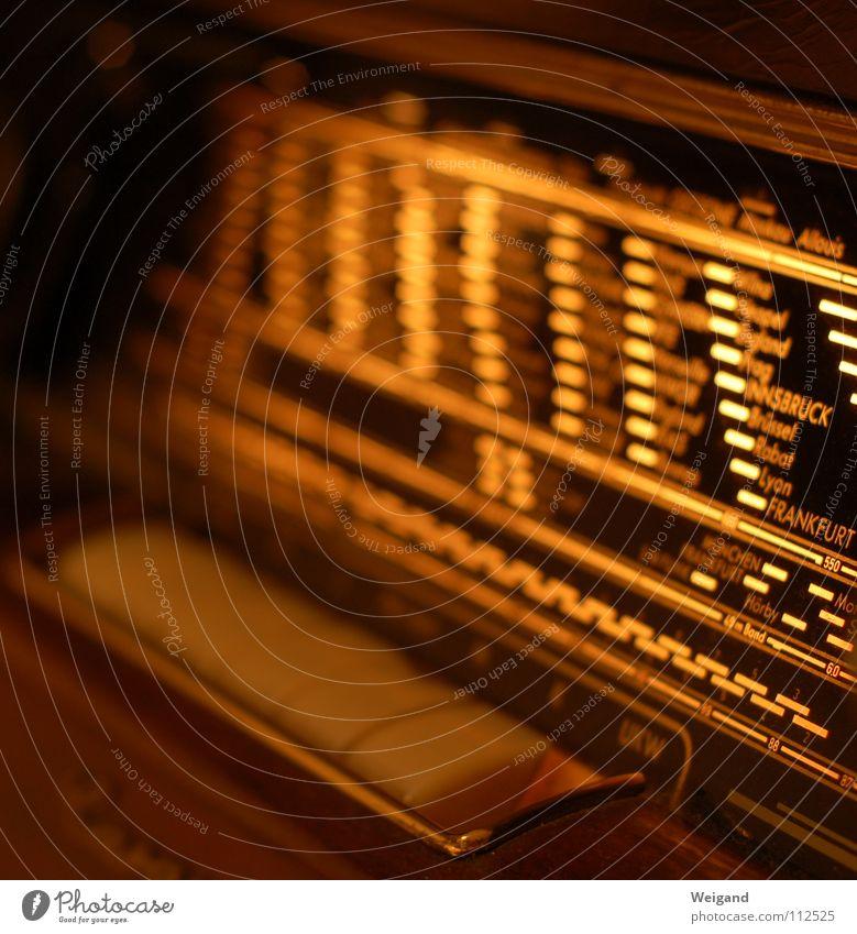 Wellenreiter Nostalgie international Stil Physik Sender Gedanke Knöpfe Skala Licht Grenze Unendlichkeit Frankfurt am Main Flair Radiogerät retro Kommunizieren