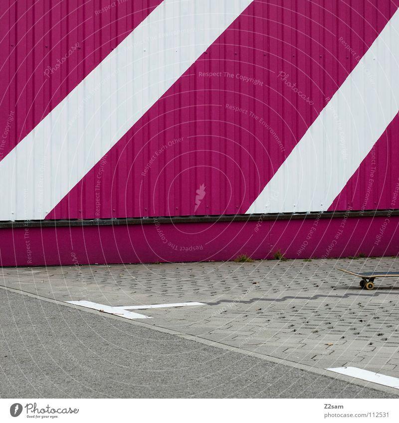 vergessen stehen Parkplatz parken magenta Wellblech Blech Teer Asphalt graphisch Dinge lienien Hütte Schilder & Markierungen board Rolle Straße Pflastersteine