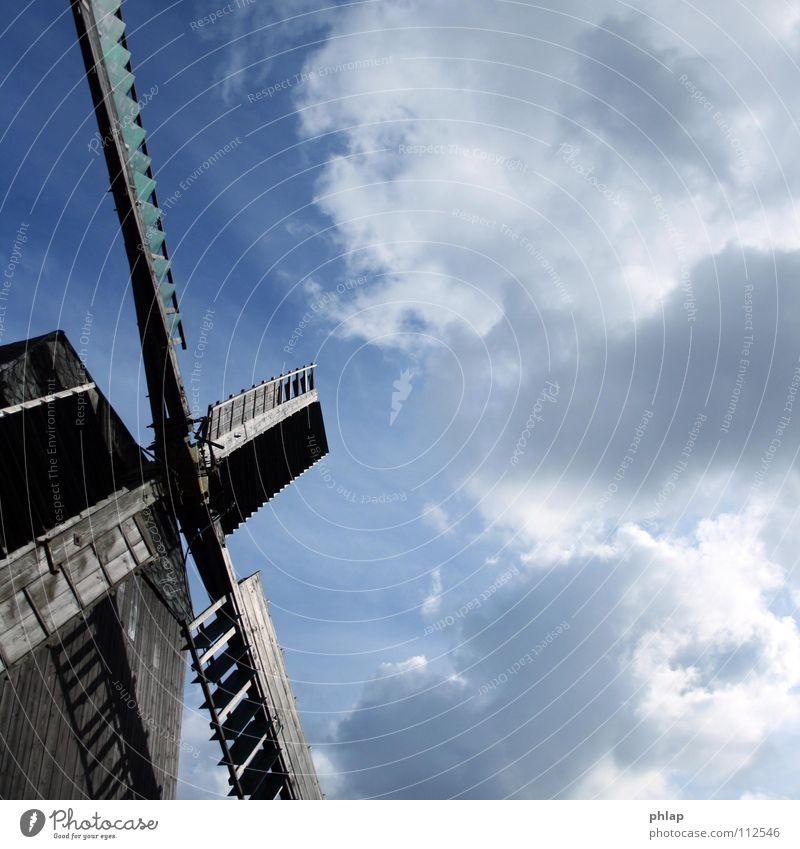 Windmühle schön alt Himmel blau Wolken Holz Luft Kraft Flügel stark Denkmal historisch antik Mühle