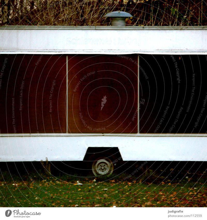 Schlemmerstube Wagen Wohnwagen Imbiss geschlossen Saisonende Mitte 2 3 Klappe leer Enttäuschung Wiese Blatt Herbst Bratwurst Limonade Farbe obskur