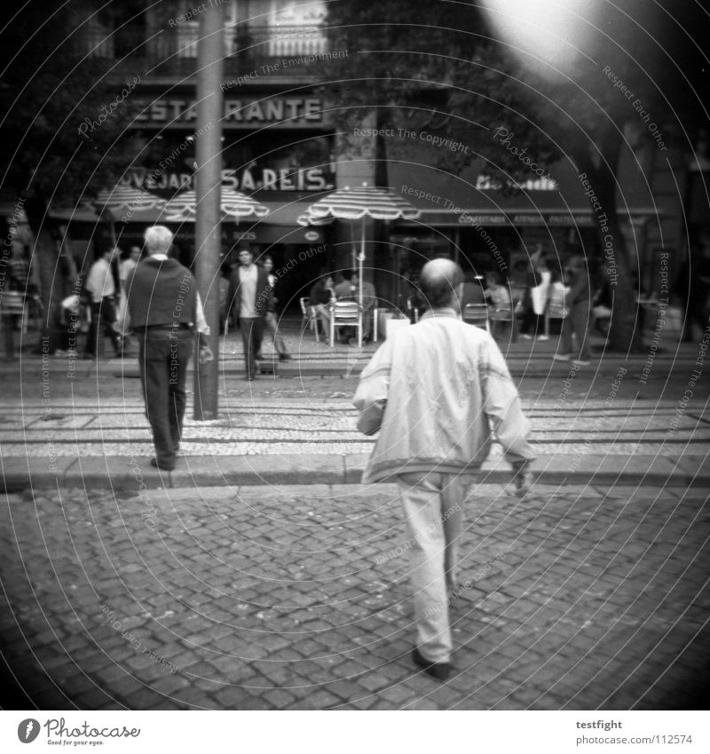 straße Stadt Mitte gehen Spaziergang machen Jagd Eile Café Straßencafé Mensch verfolgen frei Erholung Sehnsucht Fernweh Heimweh Ferien & Urlaub & Reisen Heimat