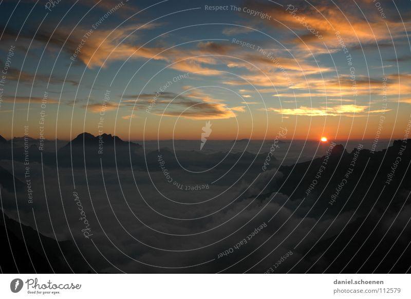 keine Angst, sie kommt wieder, die Sonne Himmel weiß blau Wolken gelb Farbe dunkel kalt Berge u. Gebirge Luft wandern Nebel Hintergrundbild Wetter Horizont
