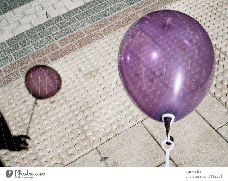 Luftballon Nr. 97 Hand schön Freude Kindheit Feste & Feiern kaputt rund Vergänglichkeit Spitze einfach festhalten Geburtstag violett Spielzeug