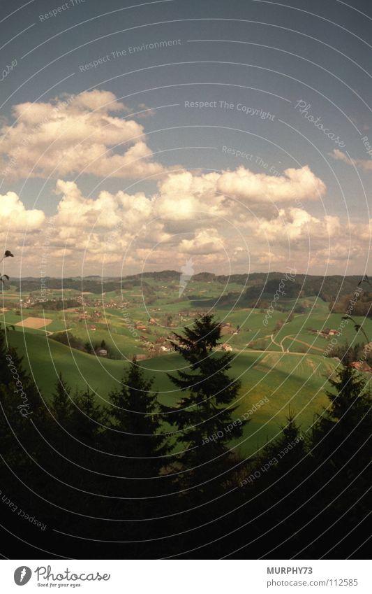 Sommertag im Schweizer Oberaargau Wolken Wald Hügel weiß grün schwarz Himmel auf dem Lande Bauerndörfer Schatten blau