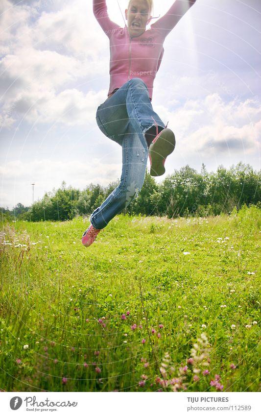 Jule springt sich FREI springen hüpfen Luft Wiese Wolken grün Lebensfreude rosa Karate gefährlich süß Macht in die luft Sonne blau Freude Glück Agressiv kämpfen