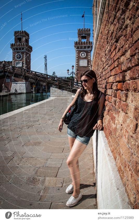 warten Mensch Frau Kind Ferien & Urlaub & Reisen Jugendliche Stadt schön Sommer Junge Frau 18-30 Jahre Erwachsene Wand Traurigkeit feminin Wege & Pfade Mauer