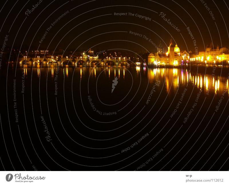 Lichter-Spiegel Nacht dunkel Prag Karlsbrücke schwarz Wasseroberfläche schön Lichtspiel Tschechien Nachtaufnahme Brücke Fluss Bach night Wasserspiel orange