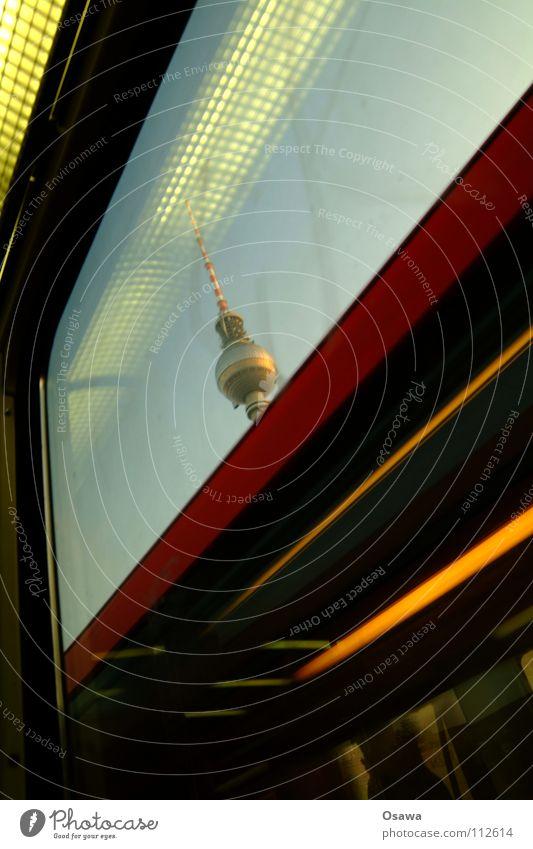 Auf dem Weg zu Jack Himmel Lampe Berlin Fenster Glas Turm Denkmal Wahrzeichen Fensterscheibe Antenne Berliner Fernsehturm S-Bahn Alexanderplatz Sender Öffentlicher Personennahverkehr Gegenverkehr