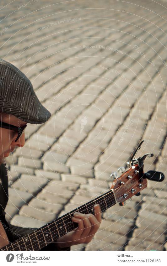 straßenmusiker Musik Junger Mann Jugendliche 1 Mensch Marktplatz Sonnenbrille Hut Kultur Straßenmusiker Gitarre Gitarrenspieler Gitarre spielen Gitarrenhals