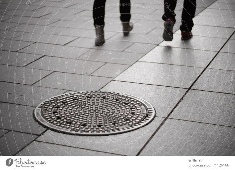 zu zweit allein unterwegs Gully gehen trist Stadt grau Bodenplatten Beine Freundschaft anonym nebeneinander Menschen Stadtleben Füße Fußgängerzone urban Paar