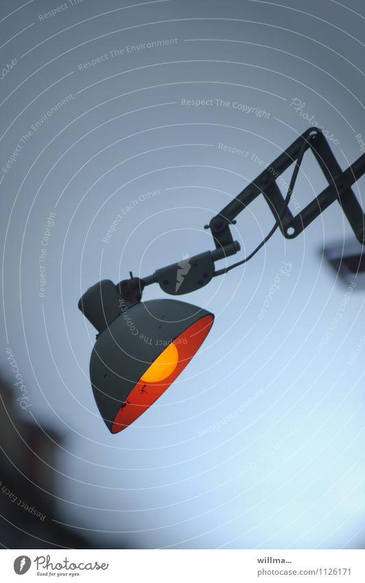 armleuchte(r) Lampe Energiewirtschaft dunkel Lampenlicht Lampendetail Beleuchtung Außenbeleuchtung Glühbirne Dämmerung Kunstlicht