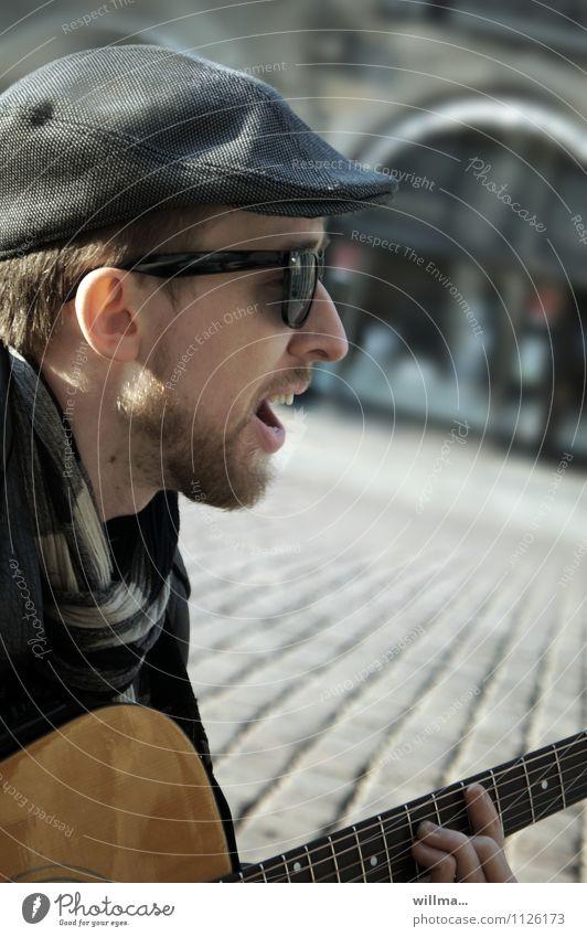 kopfsteinrocker (2) Jugendliche Junger Mann einzigartig Bart Hut Sonnenbrille Gitarre singen Schal Musiker Sänger Gitarrenspieler Straßenmusiker