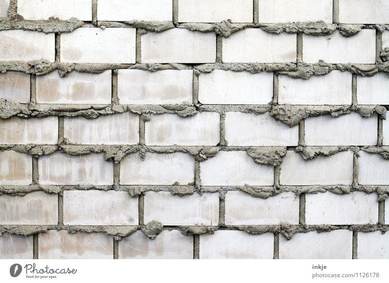 Was denn? Hält doch! Arbeit & Erwerbstätigkeit Beruf Maurerhandwerk Baustelle Handwerk Pfusch Menschenleer Mauer Wand Mörtel Isolierung (Material) Steinmauer