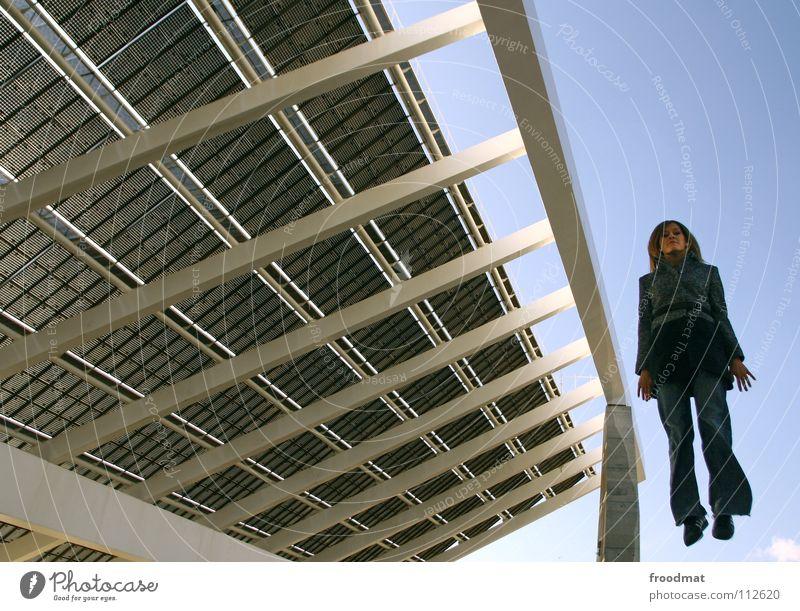 Solarantrieb Frau Himmel Hand kalt Architektur springen blond Finger Perspektive Erneuerbare Energie Dach Jeanshose diagonal Sonnenenergie Spanien Schweben