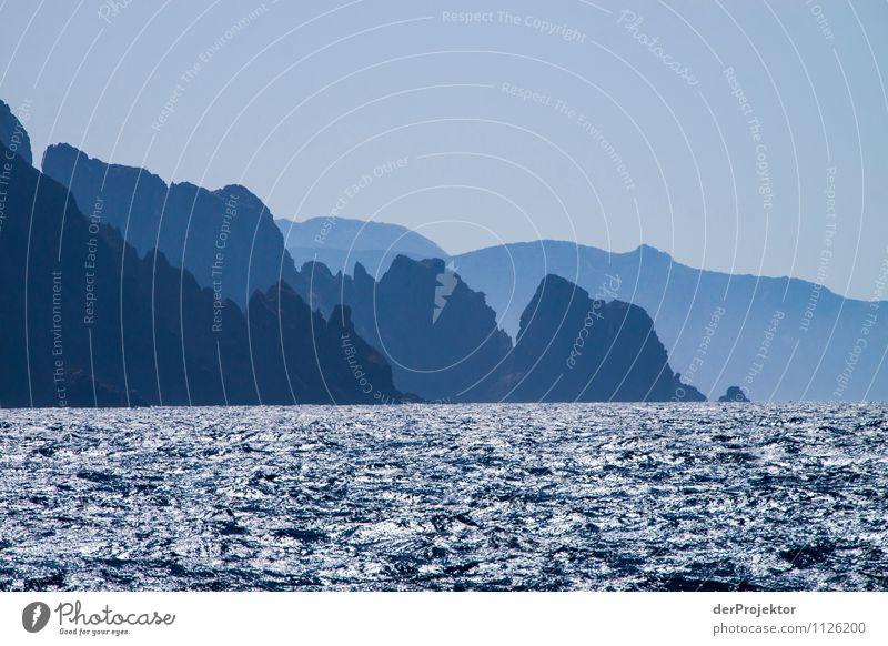 Blaue Berggruppe am Meer Natur Ferien & Urlaub & Reisen Pflanze Sommer Wasser Meer Landschaft Tier Ferne Berge u. Gebirge Umwelt Gefühle Freiheit Felsen Zufriedenheit Tourismus