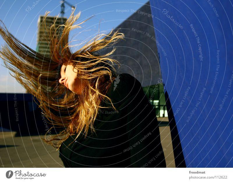 Haarpuniert Frau Himmel blau schön Bewegung Haare & Frisuren Linie fliegen Beton Aktion Dach gefroren Spanien Dynamik Barcelona Schwung