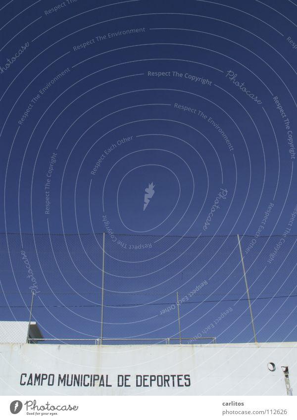 Neues vom Spocht III Himmel blau weiß Sommer Wand Spielen Netzwerk Zaun Spanien Mallorca Sportplatz Balearen rote Karte