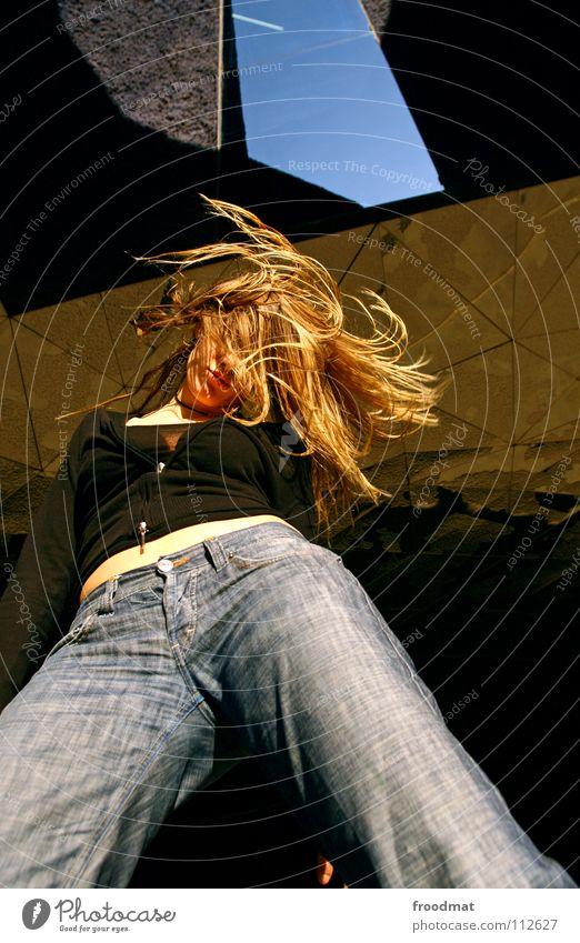 Haartcore Frau Himmel blau schön Bewegung Mode Linie blond gold fliegen Beton Wildtier Aktion Dach niedlich