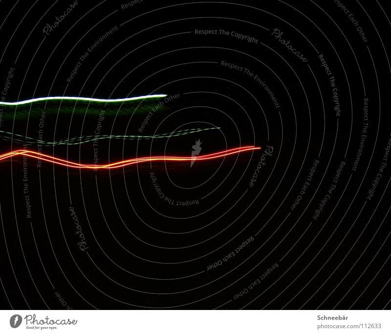 lightline dunkel Nacht schwarz Gegenteil Licht Streifen rot mehrfarbig grün Linie Außenaufnahme Nachtaufnahme Langzeitbelichtung Farbe hell Verzerrung Bewegung