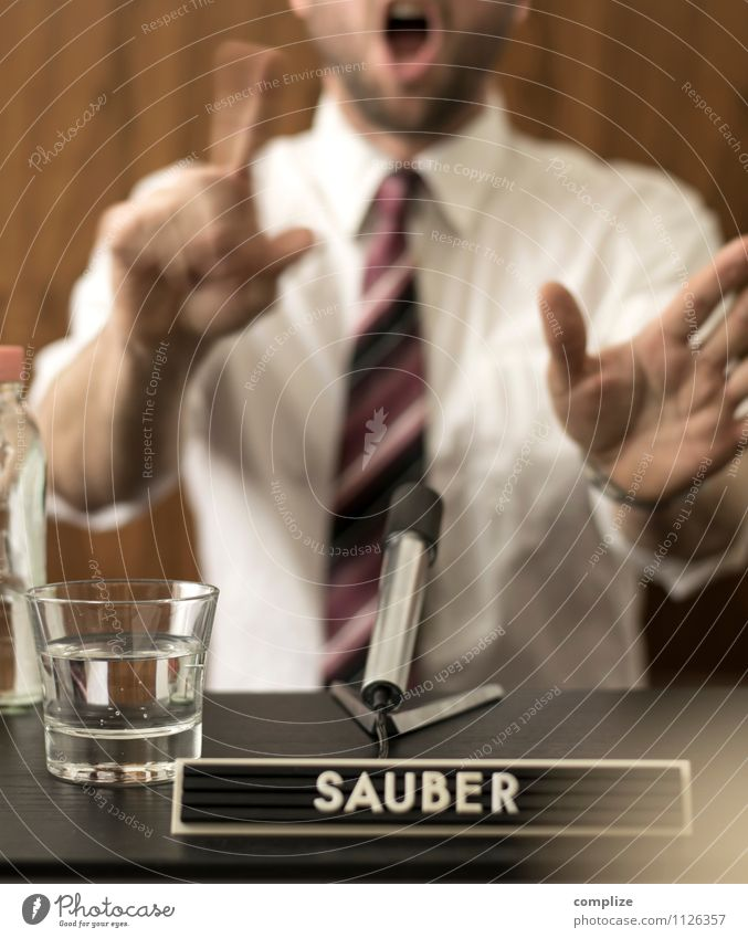 Saubermann Wirtschaft Business Unternehmen Erfolg sprechen Mikrofon Mann Erwachsene Hemd Krawatte Schriftzeichen Feigheit falsch Macht Moral Politik & Staat