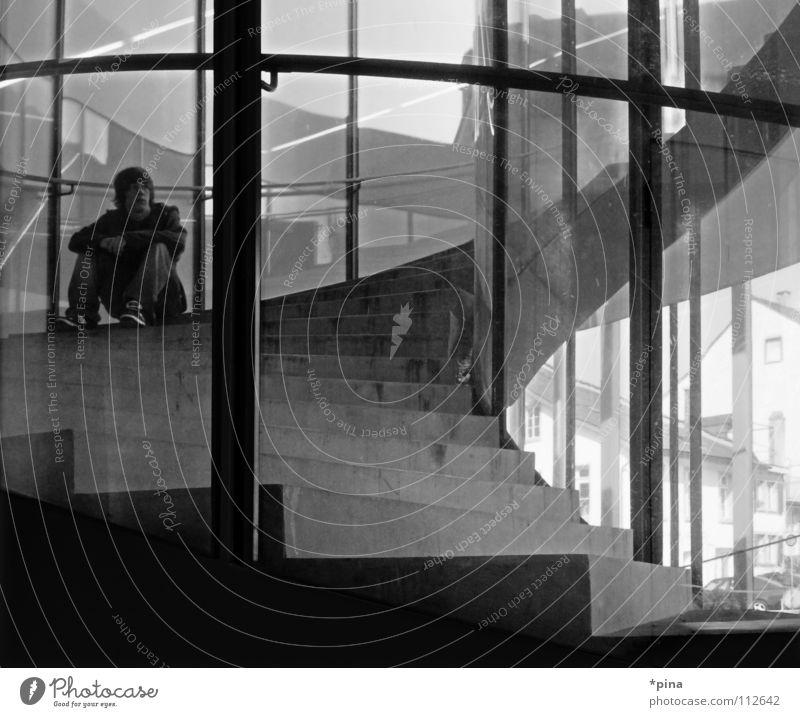 Zwischenhalt Fenster Denken Raum warten Glas sitzen Hoffnung Treppe Zukunft Pause Wunsch Vergangenheit vergangen Fensterscheibe