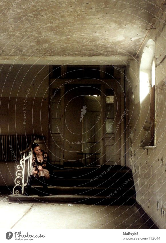 Die Frau und das Geländer Frau Einsamkeit ruhig Erwachsene Traurigkeit Treppe Trauer nachdenklich verfallen Geländer Verfall Treppengeländer Verzweiflung Treppenabsatz geschwungen