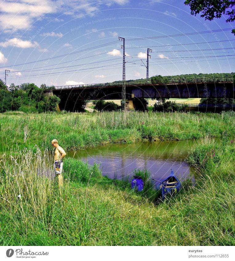 Pipimann im Quadrat Mensch Himmel blau Sommer Wolken Wiese Landschaft Brücke Fluss Freizeit & Hobby Kanu Überleitung Bahnbrücke