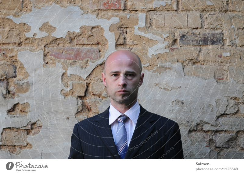 das Sein trügt... Stil Mensch maskulin Mann Erwachsene Körper Haut Kopf Gesicht 1 30-45 Jahre Mauer Wand Mode Bekleidung Anzug Glatze Blick Sehnsucht Stress