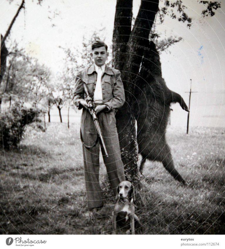die Sau ist tot... Jäger Hund Jagdhund Wildschwein schwarz weiß Schwarzweißfoto Baum Wiese Fünfziger Jahre Sechziger Jahre Nostalgie old-school schick Anzug