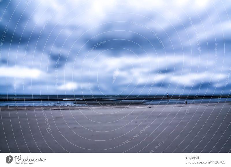 kein Badewetter Ferien & Urlaub & Reisen Ferne Freiheit Strand Meer 1 Mensch Landschaft Himmel Gewitterwolken Horizont schlechtes Wetter kalt blau träumen