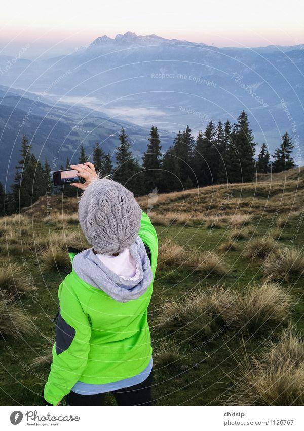 Aussicht festhalten Mensch Himmel Natur Pflanze grün Sommer Landschaft Wolken Freude Ferne Berge u. Gebirge Freiheit Stimmung Felsen Freizeit & Hobby Nebel