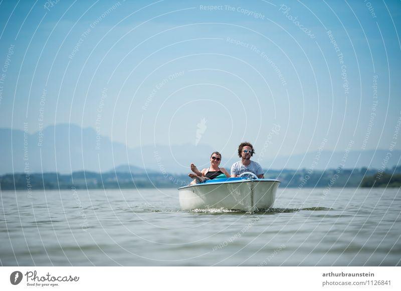 Elektroboot am See Mensch Natur Ferien & Urlaub & Reisen Jugendliche Sommer Wasser Junge Frau Junger Mann Erwachsene Leben feminin Paar Wasserfahrzeug maskulin Freizeit & Hobby Tourismus