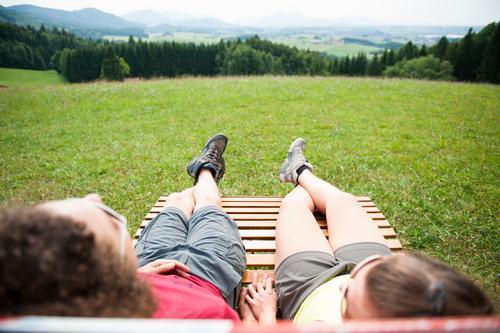 Die Aussicht genießen Mensch Natur Jugendliche Junge Frau Landschaft Junger Mann 18-30 Jahre Erwachsene Berge u. Gebirge Leben Wiese feminin Sport Freiheit Paar