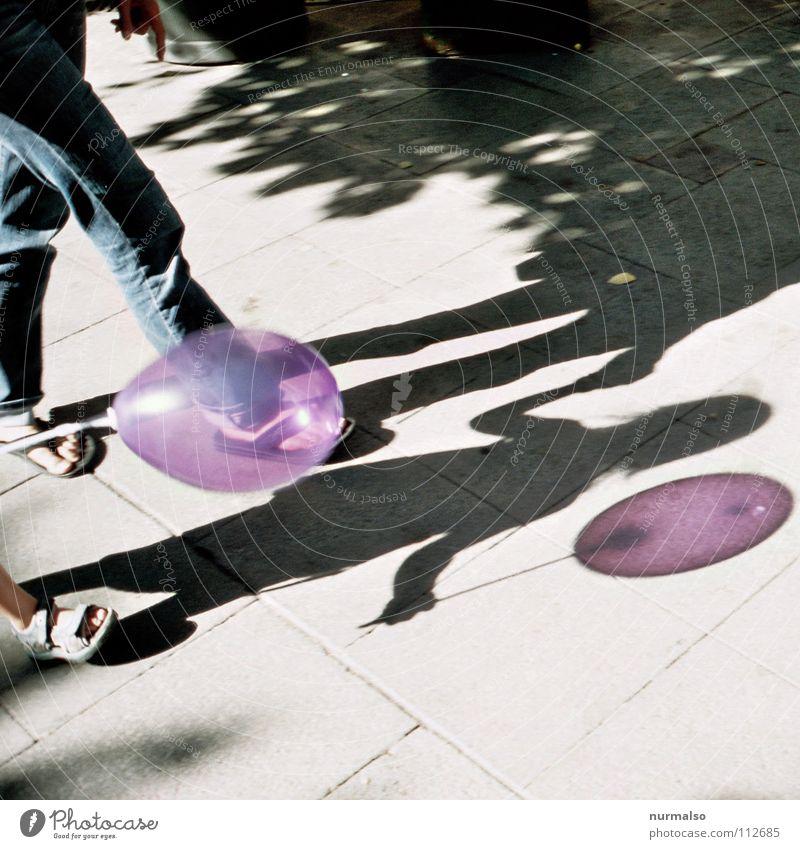 Luftballon Nr. 99 Kind Hand schön Freude Feste & Feiern kaputt rund Spitze einfach festhalten violett Spielzeug Bürgersteig Jahrmarkt