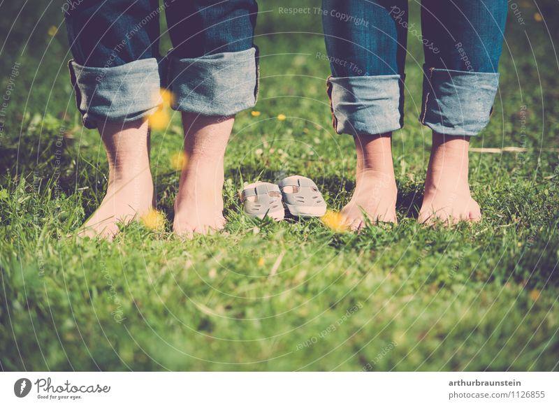 Füße & Babyschuhe in der Wiese Mensch Natur Jugendliche blau grün Sommer Junge Frau Junger Mann 18-30 Jahre Erwachsene gelb Leben Gefühle Liebe Frühling