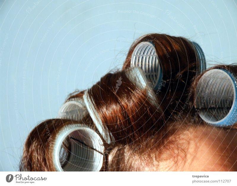 lockenwickler Frau Locken braun Haare & Frisuren lockig Stil retro Haarfarbe dunkelhaarig gerollt Lockenwickler Kosmetik Wohnung schön Friseur woman hair blau