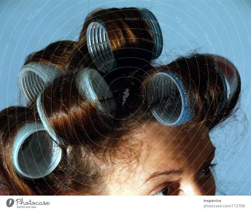 lockenwickler I Frau Locken braun Haare & Frisuren lockig Stil retro Haarfarbe dunkelhaarig gerollt Lockenwickler Kosmetik Wohnung feminin schön Friseur woman