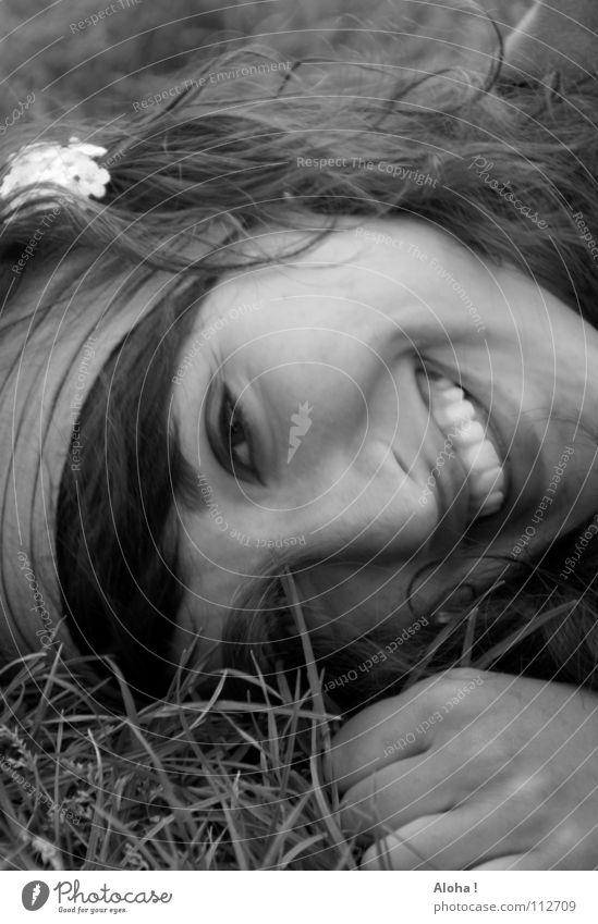 Raise a bland smile... Frau Sommer Freude Gesicht Erholung Gefühle Gras Blüte lachen Fröhlichkeit mehrere Wunsch Lippen Schutz Sehnsucht geheimnisvoll