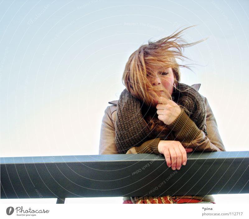 verweht Frau Sonne Herbst kalt Denken träumen Wind Hoffnung Wunsch Schutz Geländer frieren Liebeskummer Sommersprossen Schal rothaarig