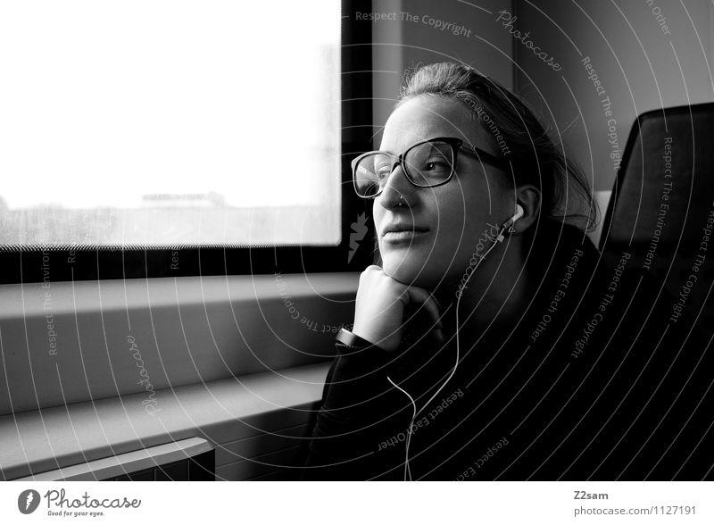 Wie die Zeit vergeht Lifestyle elegant feminin Junge Frau Jugendliche 18-30 Jahre Erwachsene Bahnfahren Piercing Brille blond langhaarig Zopf beobachten