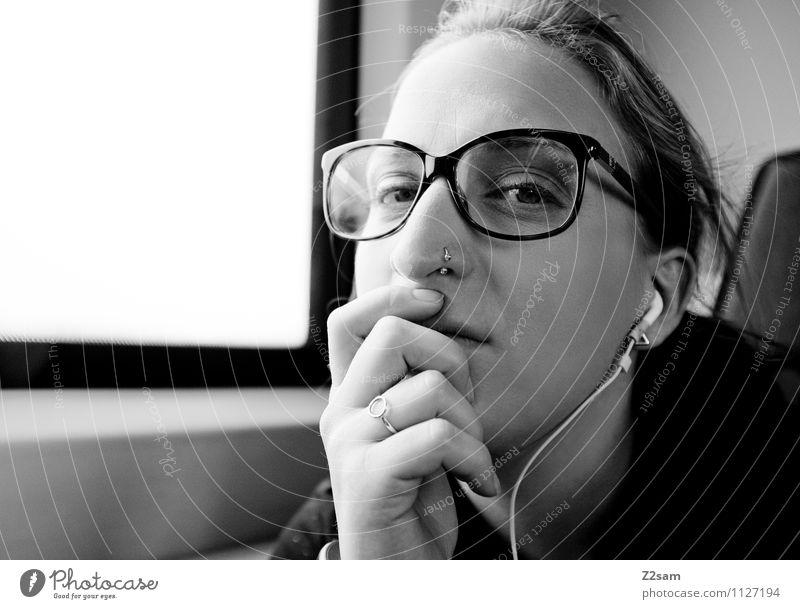 Skeptiker Lifestyle elegant Stil Ferien & Urlaub & Reisen feminin Junge Frau Jugendliche 18-30 Jahre Erwachsene Personenverkehr Bahnfahren Personenzug Ring