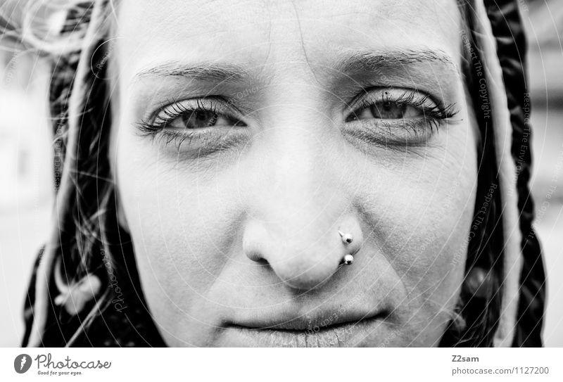 Pollengequält feminin Junge Frau Jugendliche Auge Nase Mund 18-30 Jahre Erwachsene Jacke Piercing Kapuze Kapuzenjacke blond beobachten Blick schön kaputt