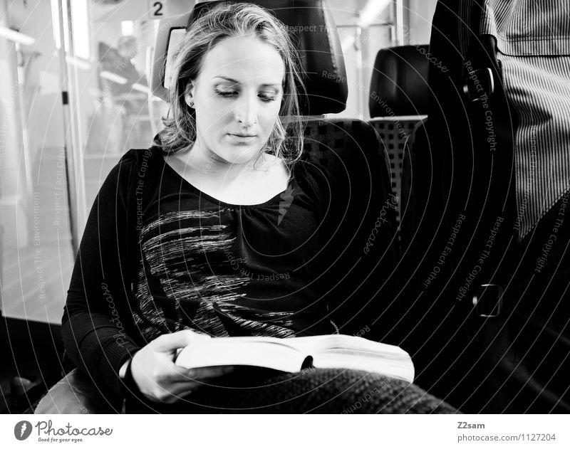 Leseratte Freizeit & Hobby lesen Ausflug feminin Junge Frau Jugendliche 18-30 Jahre Erwachsene Kultur Alpen Verkehrsmittel Bahnfahren Pullover Piercing blond