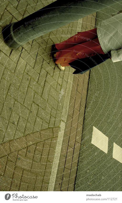 :::TO WARTE SICH DEN BAUCH IN DIE BEINE Frau Verkehr Stadt Mensch Langeweile woman warten waiting traffic Straße street concrete old whatever