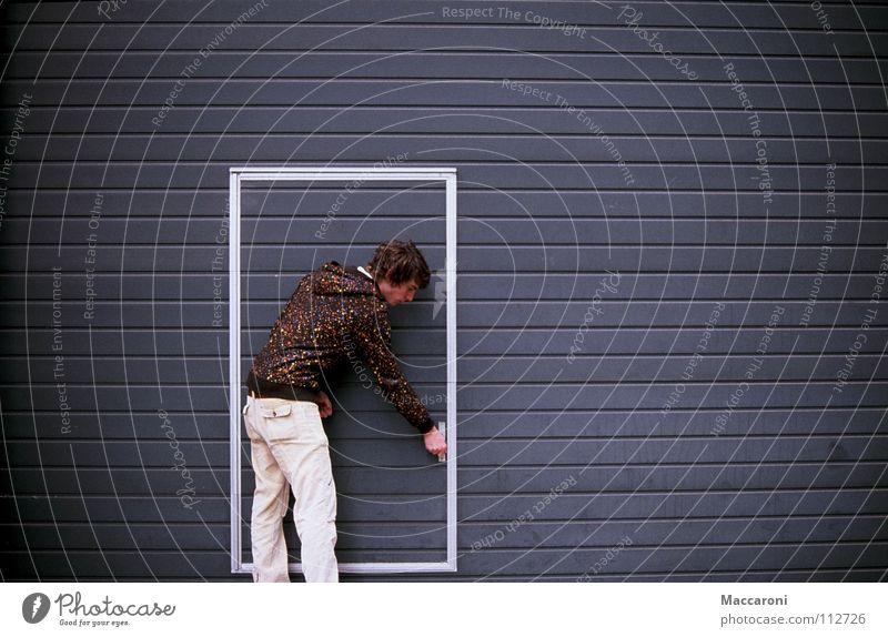 Verschlossen Mensch Junger Mann Jugendliche Erwachsene 18-30 Jahre Tür Jacke Streifen blau braun grau weiß Beginn anstrengen Mittelpunkt Symmetrie Garage