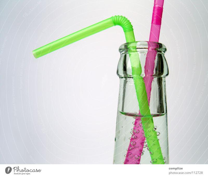 Du siehst heute wieder so geknickt aus! Flasche Alkohol Glas paarweise offen violett Klarheit durchsichtig Wasser Erfrischung Biegung grell Bildausschnitt Flaschenhals Trinkhalm Öffnung