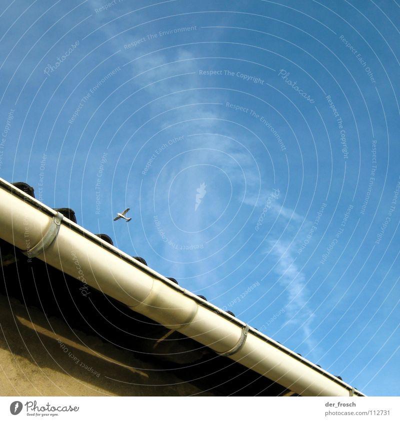 überflieger Himmel blau Haus Wand Flugzeug Luftverkehr Dach Wasserrinne Dachgiebel Regenrinne